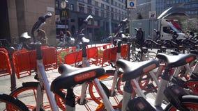 米兰,意大利- 12 03 2018年:聘用的自行车在米兰街道  股票视频