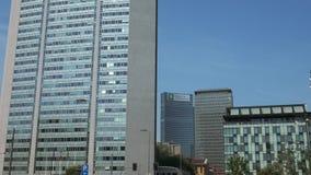 米兰,意大利- 2016年5月:伦巴第政府摩天大楼老和新的位子  股票录像