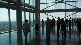 米兰,意大利- 2016年5月:走在一个现代玻璃大厦的人们 股票视频