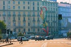 米兰,意大利- 2015年10月19日, :与克拉斯・欧登伯格一个现代雕塑的方形的Piazzale Cadorna  免版税库存照片