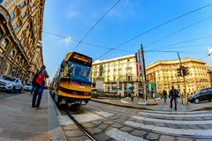 米兰,意大利- 2015年10月19日, :在正方形的现代黄色电车通过Cordusio米兰 免版税库存图片