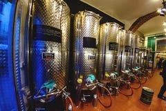 米兰,意大利- 2015年10月19日, :在米兰镀铬铁桶酒在其中一家商店中 库存照片
