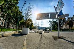 米兰,意大利- 2015年10月19日, :广场与现代抽象几何雕塑的Castello广场广域  免版税库存照片