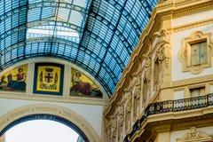 米兰,意大利- 2015年10月19日, :庄严中央寺院在米兰意大利 在上面设置的玻璃屋顶曲拱 库存图片