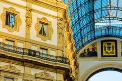 米兰,意大利- 2015年10月19日, :庄严中央寺院在米兰意大利 在上面设置的玻璃屋顶曲拱 库存照片