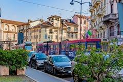 米兰,意大利- 2015年10月19日, :现代电车红色和蓝色在米兰街道上  免版税库存图片