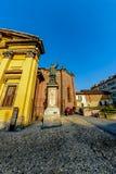 米兰,意大利- 2015年10月19日, :雕刻拿着圣洁十字架的Karolo教士 库存照片