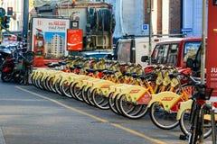 米兰,意大利- 2015年10月19日, :黄色和白色聘用照片在米兰骑自行车 库存照片