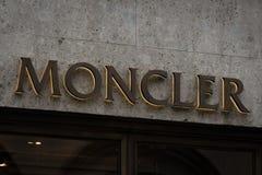 米兰,意大利- 2016年10月8日:一家Moncler商店的商标在米兰 库存照片