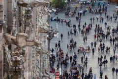 米兰,意大利- 2017年10月8日:从大教堂的屋顶、细节和很多人民的中央寺院视图palmade的 库存照片