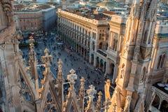 米兰,意大利- 2017年10月8日:从大教堂的屋顶、细节和很多人民的中央寺院视图palmade的 免版税库存照片