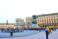 米兰,意大利- 2017年5月03日:努力去做在中央寺院的人民在米兰摆正 库存图片