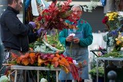 米兰,意大利- 2017年10月9日:卖在街道,人上开花落花束 免版税库存照片