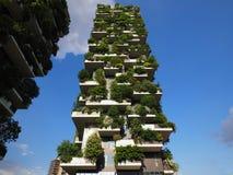 米兰,意大利- 2018年5月12日:博斯科Verticale -有生长在阳台的树的垂直的森林摩天大楼 库存照片
