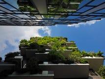 米兰,意大利- 2018年5月12日:博斯科Verticale -有生长在阳台的树的垂直的森林摩天大楼 图库摄影
