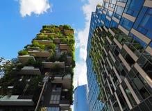 米兰,意大利- 2018年5月12日:博斯科Verticale -有生长在阳台的树的垂直的森林摩天大楼 免版税图库摄影
