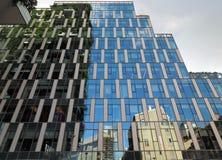 米兰,意大利- 2018年5月12日:博斯科Verticale -有生长在阳台的树的垂直的森林摩天大楼 免版税库存照片