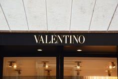 米兰,意大利- 2017年9月7日:在商店之外的瓦伦蒂诺商标通过Monte Napoleone在米兰 瓦伦蒂诺温泉是衣物comp 库存图片