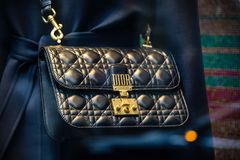 米兰,意大利- 2017年9月24日:在米兰商店ba的Dior袋子 库存照片