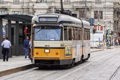 米兰,意大利- 2015年4月11日:在米兰,意大利街道上的葡萄酒橙色电车ATM类1500  免版税图库摄影