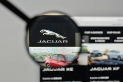 米兰,意大利- 2017年11月1日:在网站家的捷豹汽车商标 免版税库存照片