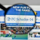 米兰,意大利- 2017年8月10日:在websit的FC Schalke 04商标 免版税库存图片