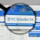 米兰,意大利- 2017年8月10日:在websit的FC Schalke 04商标 图库摄影