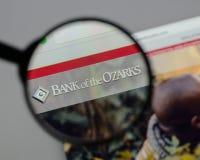 米兰,意大利- 2017年8月10日:奥扎克族印第安人商标的银行在w的 图库摄影