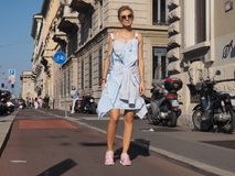 米兰,意大利- 2016年9月24日:摆在为摄影师的时兴的女孩在CIVIDINI时装表演以后时尚星期 免版税库存图片