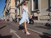 米兰,意大利- 2016年9月24日:摆在为摄影师的时兴的女孩在CIVIDINI时装表演以后时尚星期 库存图片