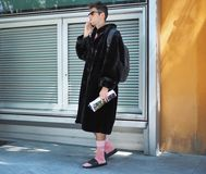 米兰,意大利- 2018年6月18日:摆在为街道的摄影师的时兴的人在乔治・阿玛尼时装表演前 库存图片