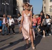 米兰,意大利- 2018年6月15日:摆在为街道的摄影师的时髦的女人在亚伯大FERRETTI时装表演前 库存照片