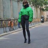米兰,意大利;2018年9月21日:摆在街道样式成套装备的时尚博客作者 库存图片