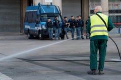 米兰,意大利- 2017年10月9日:擦净剂洗涤街道 库存照片