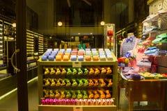 米兰,意大利- 2017年5月03日:有五颜六色的意大利领带的商店 免版税库存图片