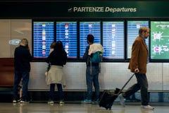 米兰,意大利- 2017年10月9日:机场,人们在背景中去飞行离开委员会 免版税库存照片