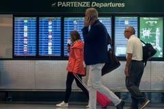 米兰,意大利- 2017年10月9日:机场,人们在背景中去飞行离开委员会 库存照片