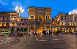 米兰,意大利- 2016年8月19日:游人步行在维托里奥Emanue 库存图片