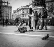 米兰,意大利- 2016年3月23日:离开鞋子的年轻女性  库存照片