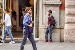 米兰,意大利- 2017年9月22日:等待在一家小商店前面的一个人 库存照片
