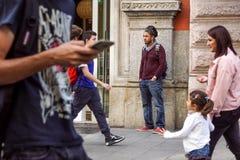 米兰,意大利- 2017年9月22日:等待在一家小商店前面的一个人 免版税图库摄影
