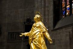 米兰,意大利- 2017年9月05日:米兰大教堂中央寺院内部  金黄玛丹娜雕象  免版税图库摄影