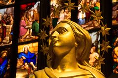 米兰,意大利- 2017年9月05日:米兰大教堂中央寺院内部  金黄玛丹娜雕象  图库摄影