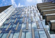 米兰,意大利2018年3月04日:组成新和现代地平线市米兰大厦的细节 的treadled 库存图片