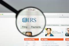 米兰,意大利- 2017年8月10日:联邦税务局网站主页 它是美国联邦政府的收支服务 联邦税务局商标 库存图片