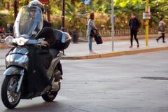 米兰,意大利- 2017年10月9日:自行车的,车人在城市,意大利 库存图片