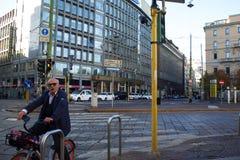 米兰,意大利- 2017年10月8日:自行车的,都市环境友好的运输一个年长人 库存照片