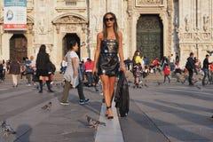 米兰,意大利- 2016年9月22日:走在米兰,米兰正方形的意大利时尚博客作者时尚星期春天/夏天2017年 免版税库存图片