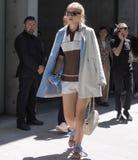 米兰,意大利- 2018年6月18日:走在街道的一个时髦的女人在乔治・阿玛尼以后 库存照片