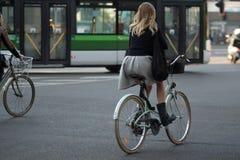 米兰,意大利- 2017年10月9日:骑自行车,都市环境友好的运输的少妇 库存照片